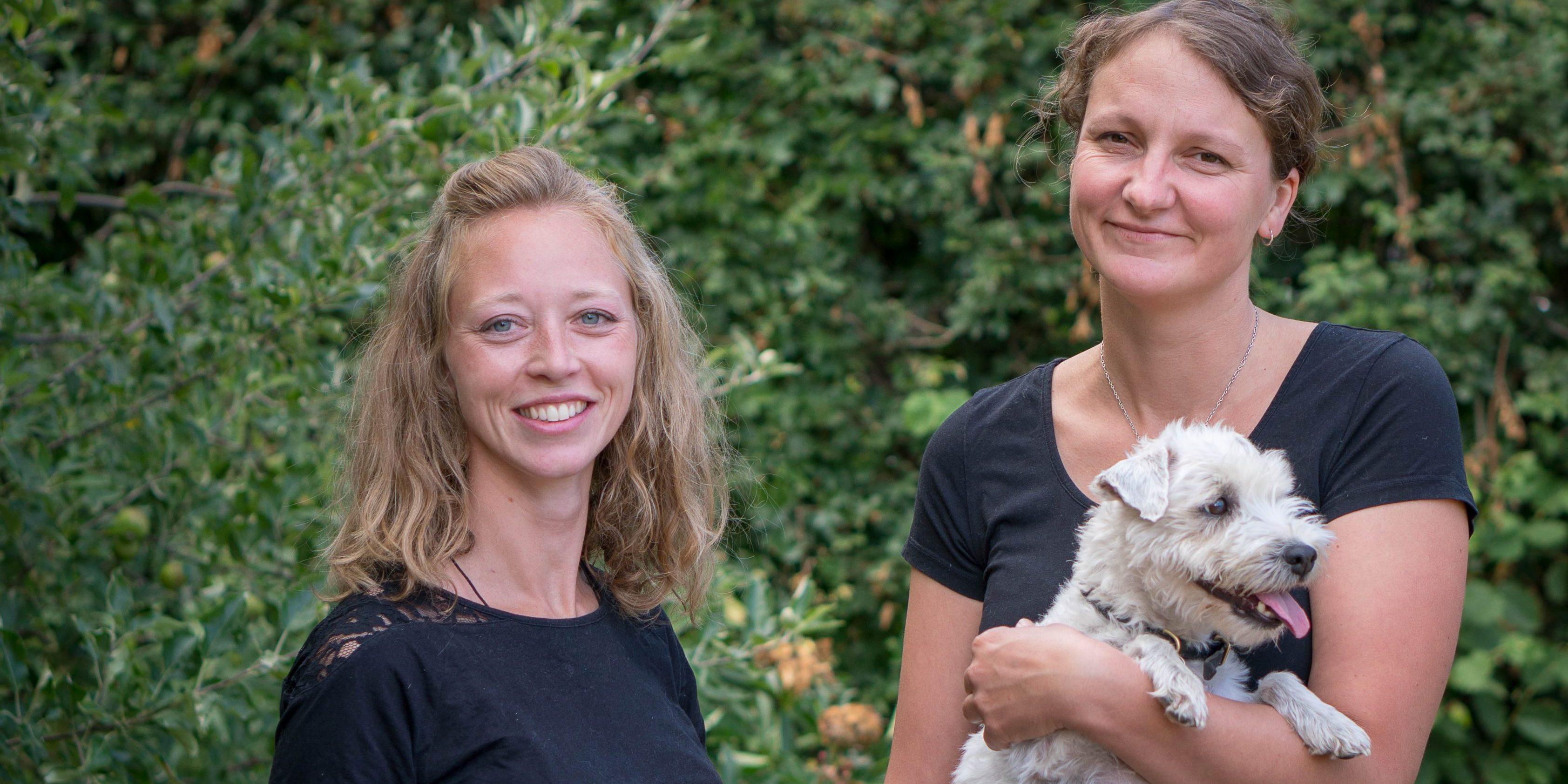 Dyrlægerne Cecilie og Laura med hunden Aibo